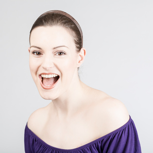 young woman laughingの写真素材 [FYI00661751]