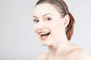 young woman laughingの写真素材 [FYI00661753]