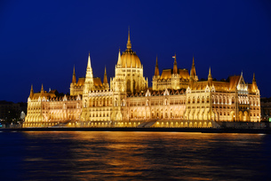 Hungarian Parliament Building in Budapest by nightの素材 [FYI00661757]