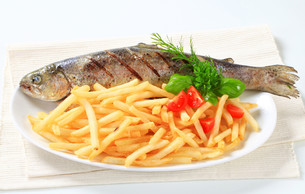 Grilled trout with French friesの写真素材 [FYI00661792]