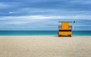 Colorful Life Guard house on an empty beach, cloudy blue sky.の写真素材 [FYI00661799]