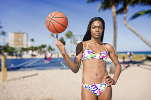 Black woman with basketball on her finger, at a basketball field. Beachの写真素材 [FYI00661817]