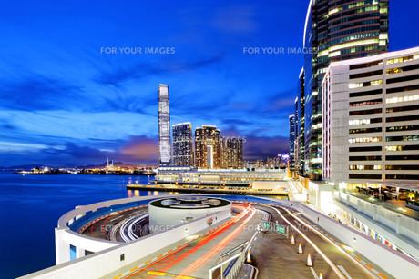 traffic in modern city at nightの写真素材 [FYI00661843]