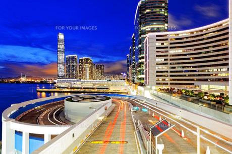 traffic in modern city at nightの写真素材 [FYI00661847]