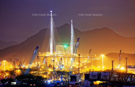 Container Cargo freight ship with working crane bridgeの写真素材 [FYI00661849]