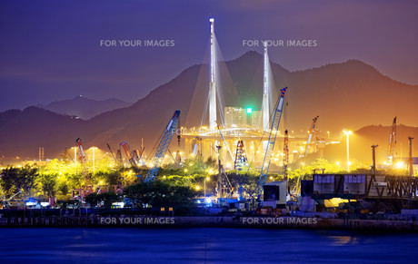 Container Cargo freight ship with working crane bridgeの写真素材 [FYI00661853]