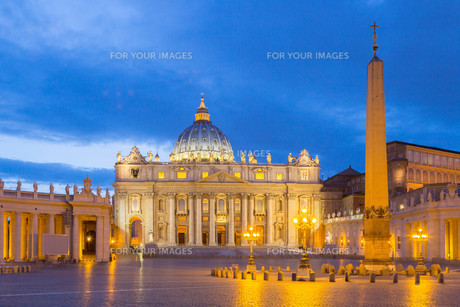st. peter's basilica at the vatican at nightの写真素材 [FYI00661983]