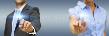 Man and woman using digital interfaceの素材 [FYI00662014]
