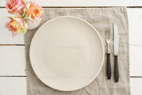 empty plate with utensilsの写真素材 [FYI00662041]