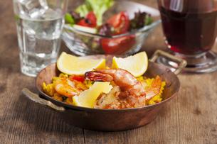 spanish paella on woodの写真素材 [FYI00662052]