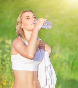 Happy woman drink waterの写真素材 [FYI00662058]