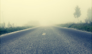 Foggy road, soft focusの写真素材 [FYI00662065]