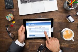 Businessman Filling Online Survey Formの写真素材 [FYI00662102]