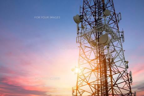 Satellite dish telecom network at sunset communication technologの写真素材 [FYI00662158]