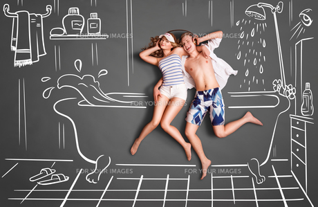 Couple in a bathroom.の素材 [FYI00662171]
