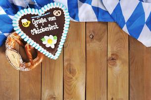 bavarian pretzel with gingerbread heartの写真素材 [FYI00662201]