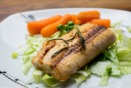 Salmon fillets served on a plate with mixed saladの写真素材 [FYI00662221]
