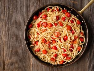 rustic spicy italian crab and cherry tomato spaghetti pastaの写真素材 [FYI00662267]
