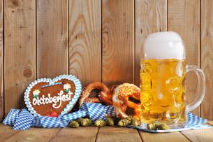 bayerisches lebkuchenherz with beerの写真素材 [FYI00662288]