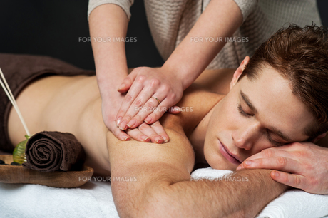 Man receiving relax treatment at spaの写真素材 [FYI00662300]