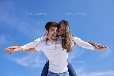 happy young romantic couple have fun arelax  relax at homeの写真素材 [FYI00662302]