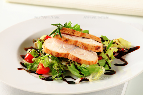 Chicken breast with green saladの写真素材 [FYI00662331]