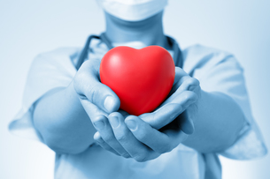 Doctor holding a heartの写真素材 [FYI00662354]