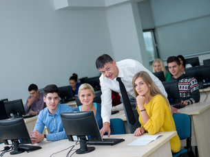 students with teacher  in computer lab classromの写真素材 [FYI00662380]