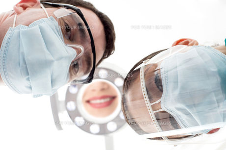 Dentist and assistant from low angleの素材 [FYI00662425]