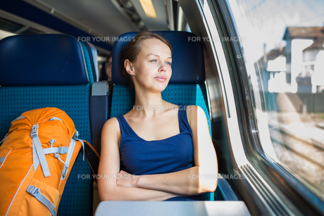 Young woman traveling by trainの写真素材 [FYI00662442]