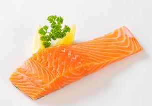 Raw salmon filletの写真素材 [FYI00662469]