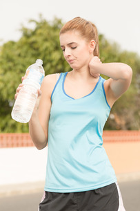 young woman doing sports and drinking waterの写真素材 [FYI00662502]