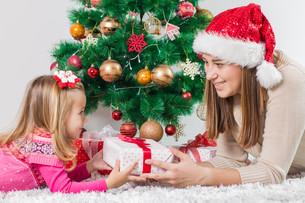 Christmas Happy Family Open Holidays Giftの写真素材 [FYI00662506]