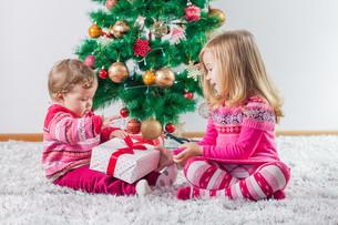 Children With Christmas presentの写真素材 [FYI00662507]