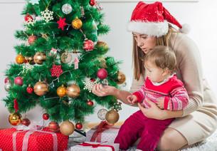 Christmas Happy Family Open Holidays Giftの写真素材 [FYI00662511]