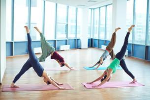 Yoga on matsの写真素材 [FYI00662557]