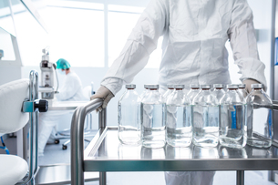 Flasks with liquids in a labの写真素材 [FYI00662605]