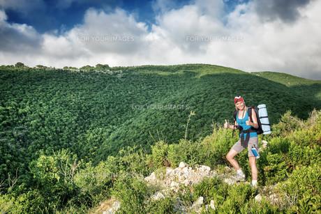 Traveler girl in the mountainsの素材 [FYI00662616]