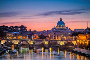 St. Peter&#39 s cathedral at night, Romeの写真素材 [FYI00662635]