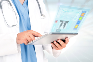 Doctor with tabletの写真素材 [FYI00662666]