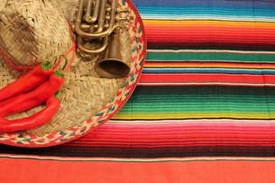 Mexico sombrero poncho chili fiesta backgroundの写真素材 [FYI00662679]