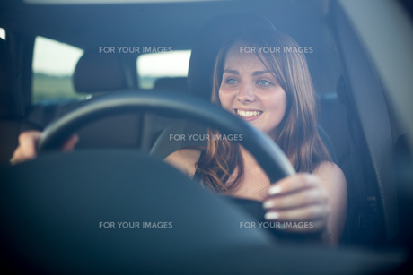 Cute teenager driving her brand new carの写真素材 [FYI00662715]