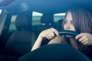 Cute teenager driving her brand new carの写真素材 [FYI00662716]
