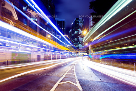 Busy traffic in Hong Kong city at nightの写真素材 [FYI00662874]