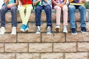 Friends on brick wallの素材 [FYI00662885]