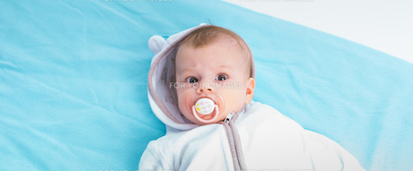 Baby on a blue blanketの写真素材 [FYI00662900]