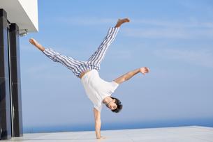 young man practicing yogaの写真素材 [FYI00662926]