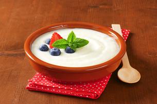 Smooth semolina porridge with fresh fruitの写真素材 [FYI00662932]