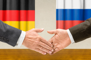 representatives of germany and russia shake handsの写真素材 [FYI00662952]