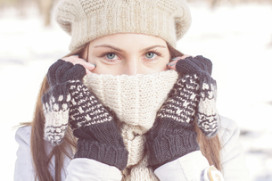 Winter Portrait of Female with Beautiful Blue Eyesの写真素材 [FYI00662954]